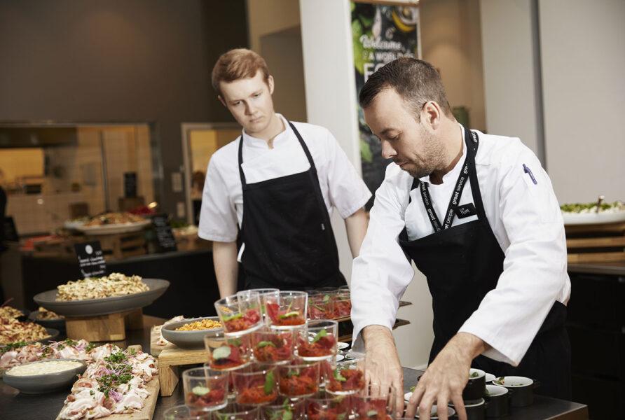 Kokke anretter mad i kantine
